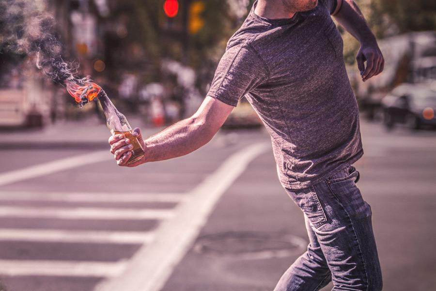 フリー写真 火炎瓶を投げる男性