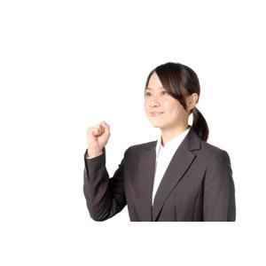 フリー写真, 人物, 女性, アジア人女性, 女性(00083), 日本人, ビジネス, 職業, 仕事, ビジネスウーマン, 頑張る, ガッツポーズ, 見上げる(上を向く), 目標