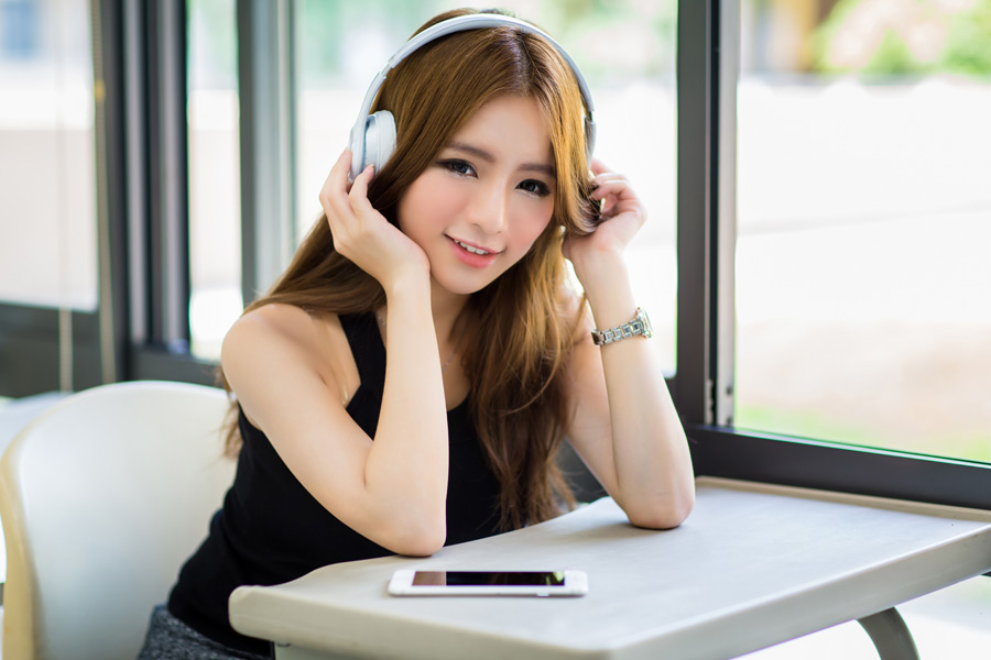 フリー写真 ヘッドホンで音楽を聴く女性のポートレイト