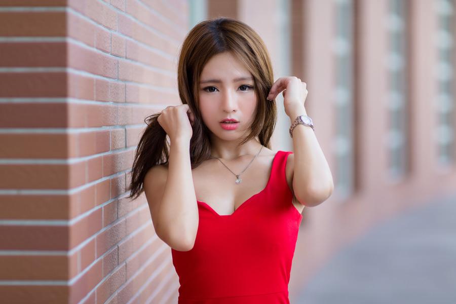 フリー写真 赤いドレスを着て髪の毛を掴む女性