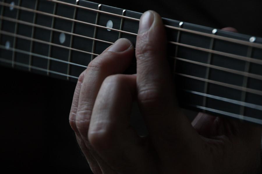 フリー写真 ギターの弦を押さえる指