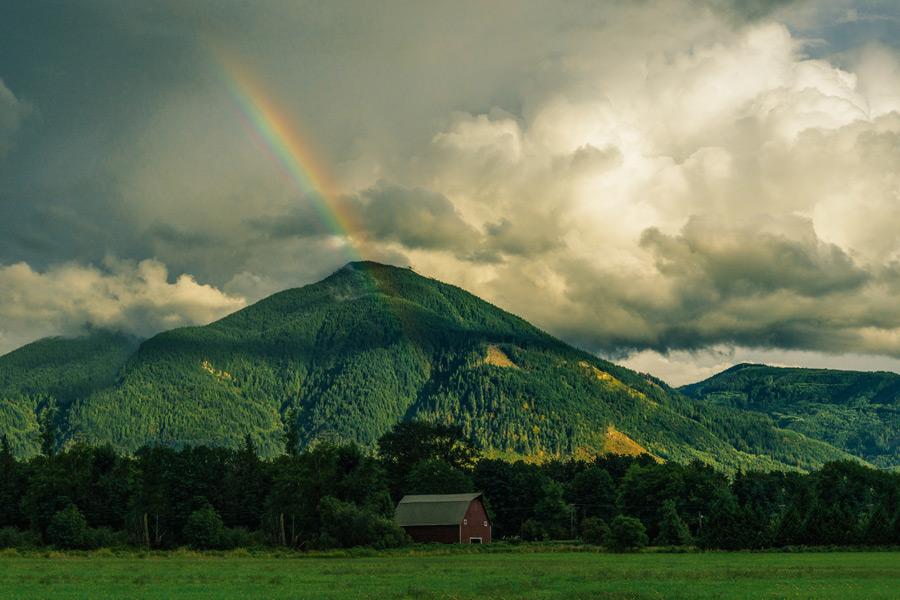 フリー写真 虹と山と小屋のある風景