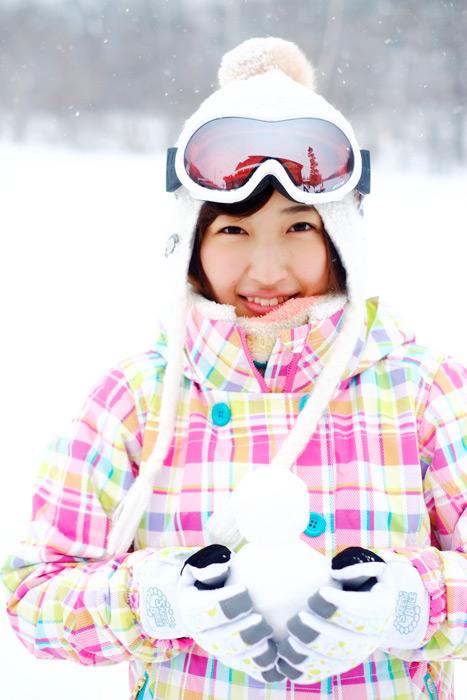 フリー写真 スキー場で雪だるまを抱える女性