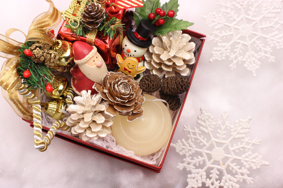 フリー写真 箱に入ったクリスマスの飾り