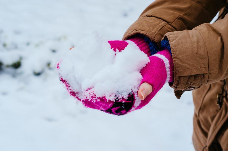 フリー写真 手袋をした手の中の雪