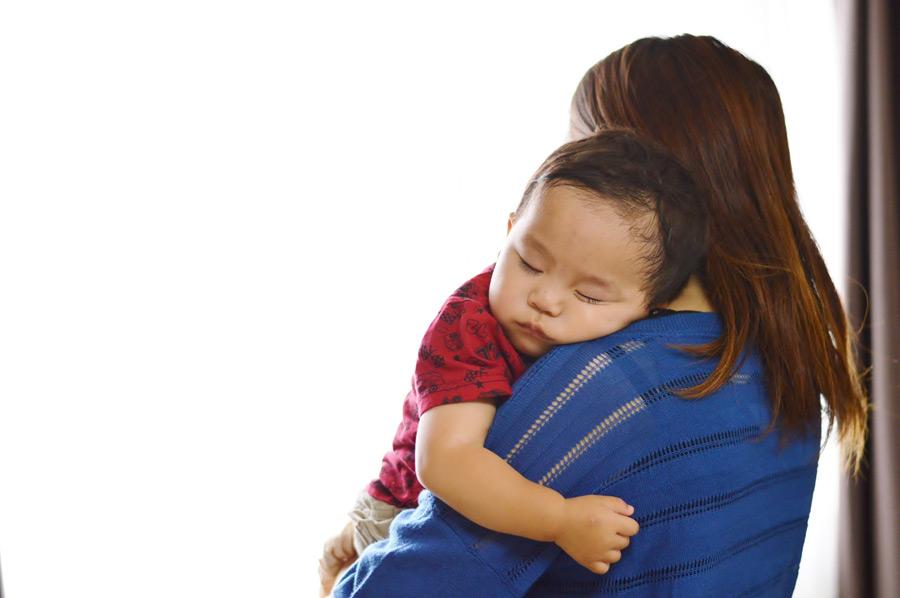 フリー写真 ママに抱かれて眠る赤ちゃん