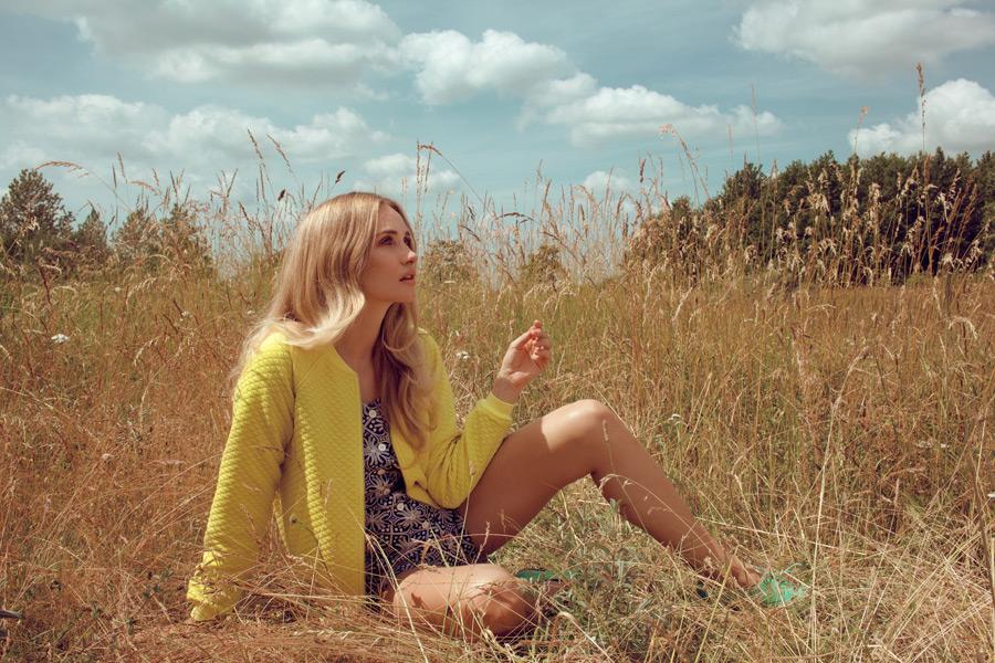 フリー写真 草むらに座る外国人女性のポートレイト