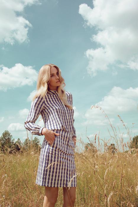 フリー写真 草むらに立つ金髪の外国人女性のポートレイト