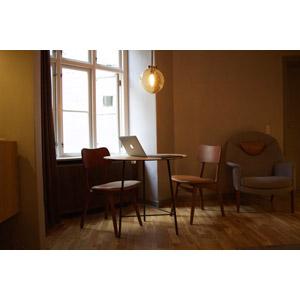 フリー写真, 風景, 部屋, リビングルーム, 食卓(テーブル), 椅子(チェア), パソコン(PC), ノートパソコン, アップル(Apple)