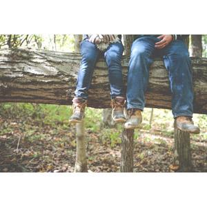 フリー写真, カップル, 恋人, 夫婦, 人体, 脚, 足, ジーンズ(ジーパン), 倒木, 森林, 二人