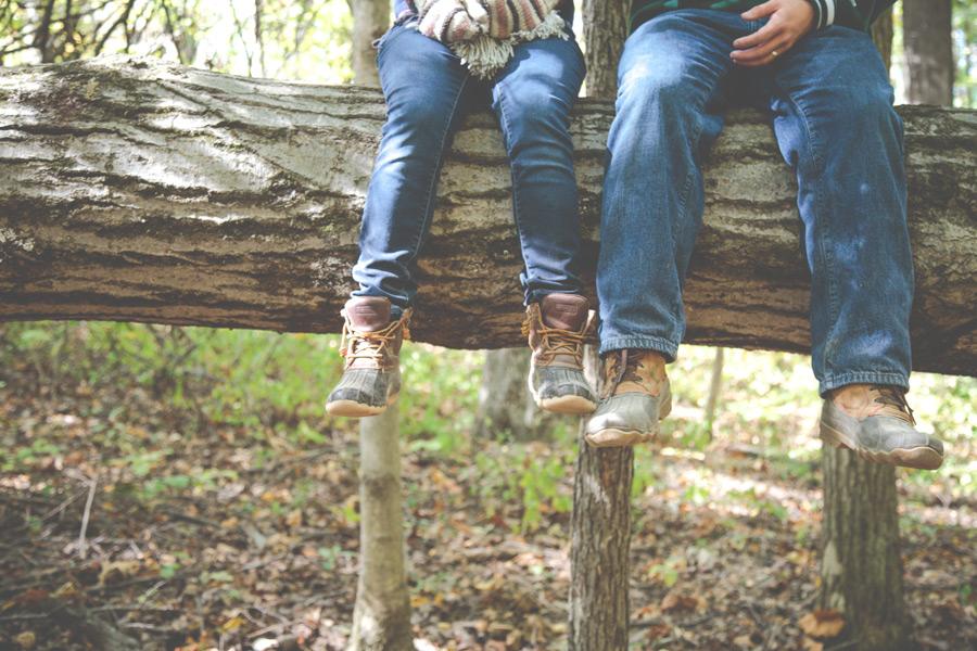 フリー写真 木の上に座るカップルの足