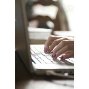 フリー写真, 人体, 手, 家電機器, パソコン(PC), ノートパソコン, タイピング, ビジネス, デスクワーク