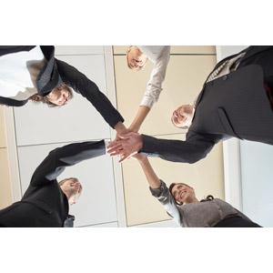 フリー写真, 人物, 集団(グループ), ビジネス, 職業, 仕事, ビジネスマン, ビジネスウーマン, サラリーマン, 円陣, 手を重ねる, 仲間