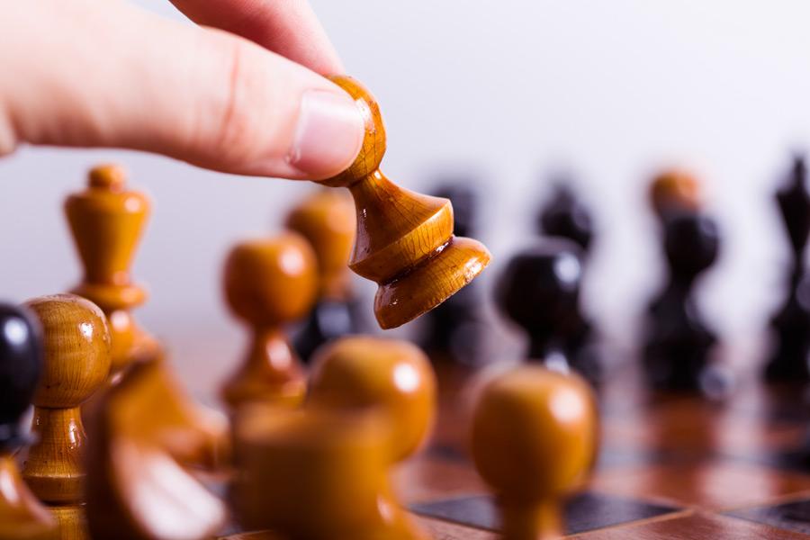 フリー写真 チェスのコマを動かす手