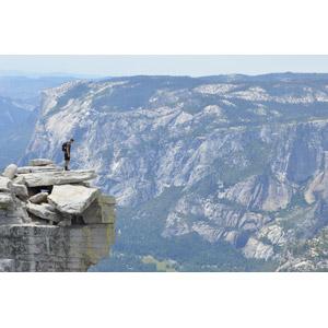 フリー写真, 風景, 人物, 男性, 人と風景, 崖, 渓谷, ヨセミテ国立公園, カリフォルニア州, アメリカの風景