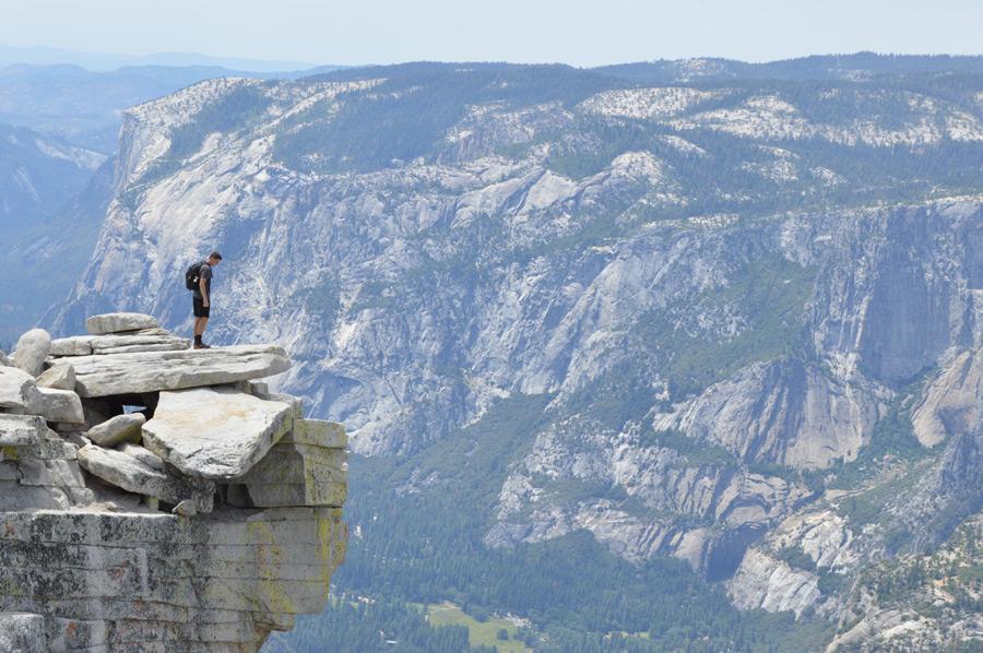 フリー写真 ヨセミテ渓谷の絶壁に立つ男性