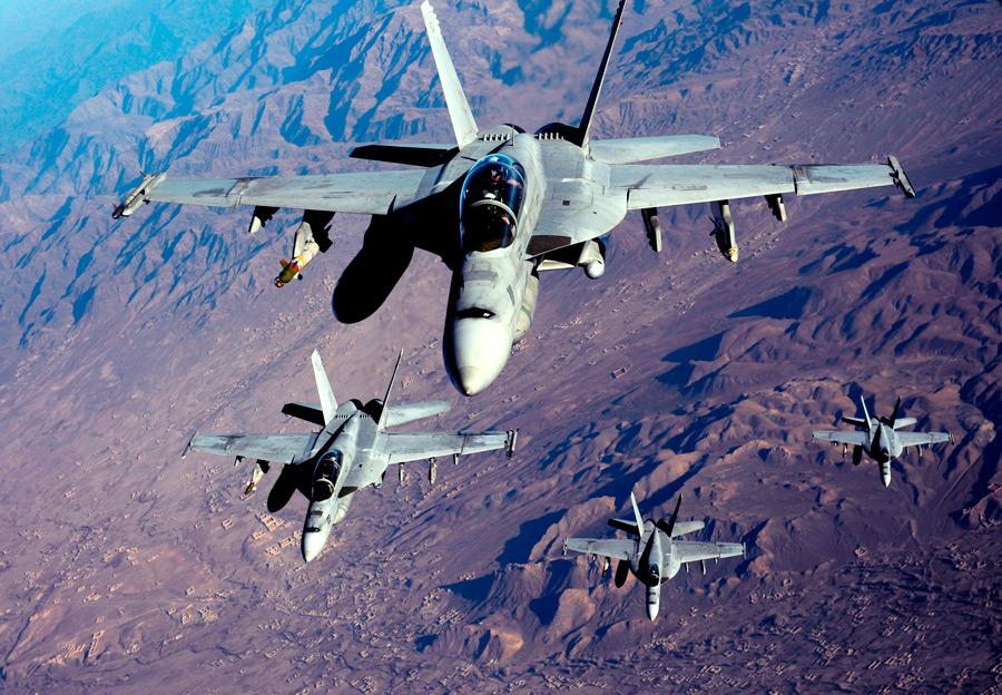 フリー写真 アフガニスタンの上空を飛ぶF/A-18スーパーホーネット