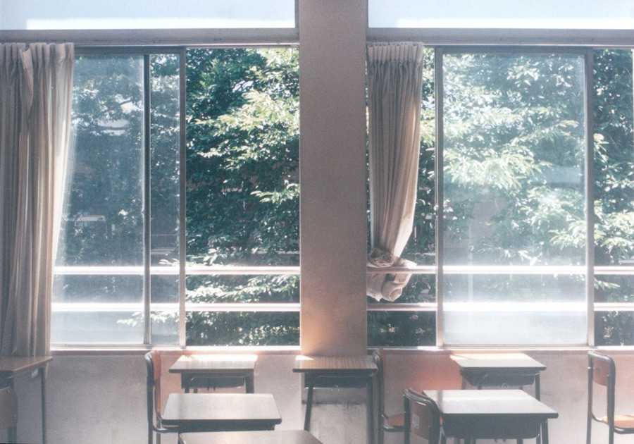 フリー写真 陽の当たる教室の風景