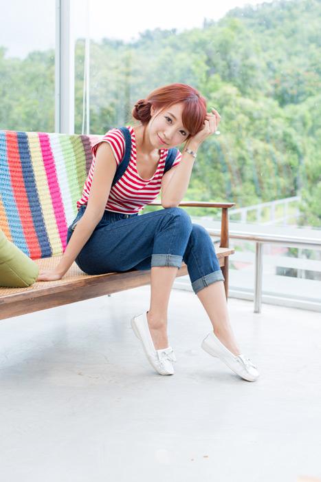 フリー写真 サロペット姿でベンチに座る女性のポートレイト