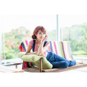 フリー写真, 人物, 女性, アジア人女性, 木子萱(00076), 中国人, 座る(ベンチ), 顎に手を当てる, 横座り, サロペット