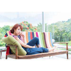 フリー写真, 人物, 女性, アジア人女性, 木子萱(00076), 中国人, 座る(ベンチ), 足を伸ばす, サロペット