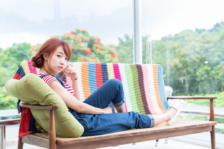 フリー写真 ベンチの上で足を伸ばす女性のポートレイト