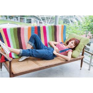 フリー写真, 人物, 女性, アジア人女性, 木子萱(00076), 中国人, サロペット, 寝転ぶ, 仰向け, 足を伸ばす