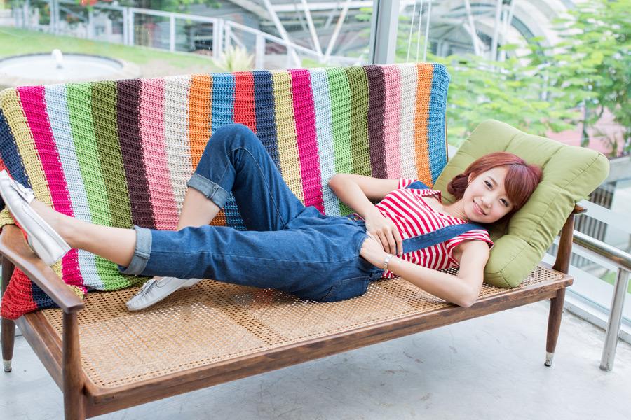 フリー写真 ベンチの上で寝転ぶ女性のポートレイト