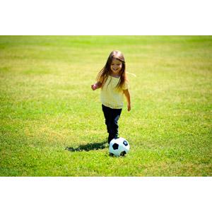 フリー写真, 人物, 子供, 女の子, 外国の女の子, スポーツ, 球技, サッカー, 芝生