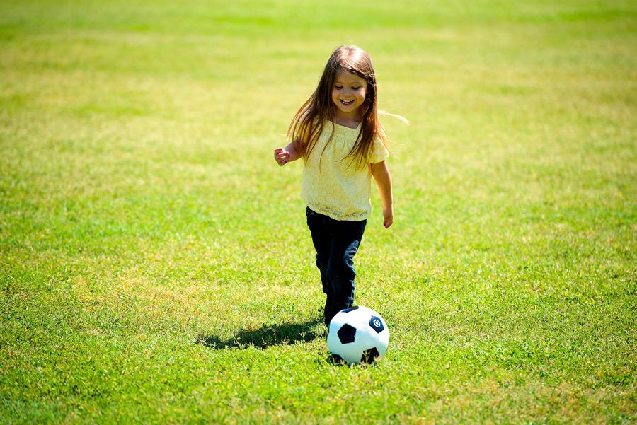 フリー写真 笑顔でサッカーをする外国の女の子