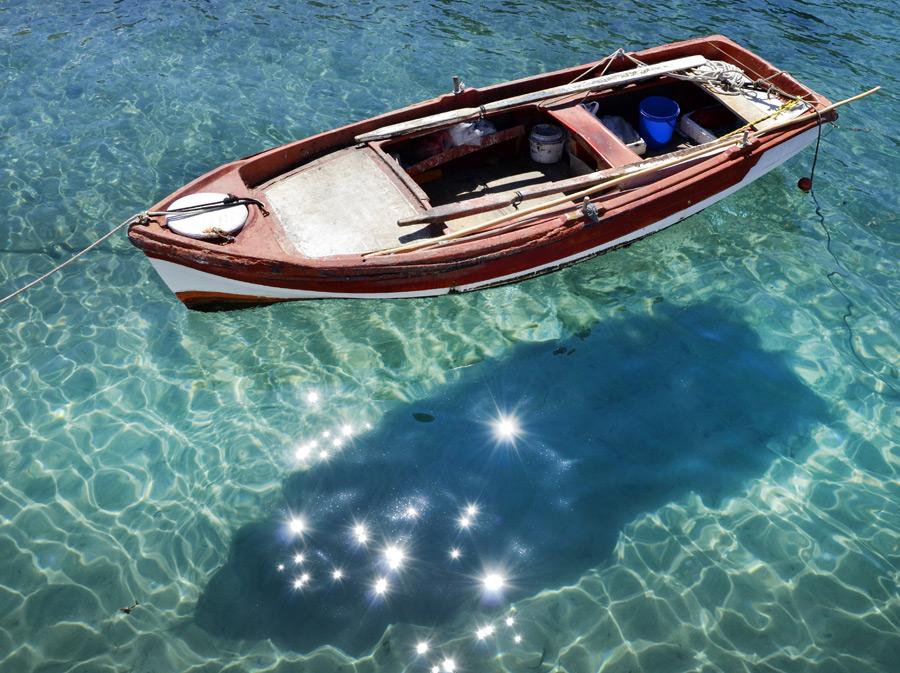 フリー写真 宙に浮いているようなボート