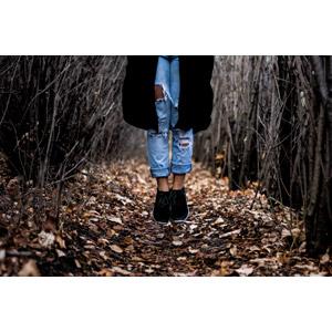 フリー写真, 人体, 足, 脚, ジーンズ(ジーパン), 宙に浮く(空中浮遊), 森林