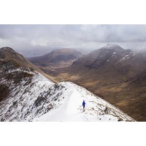 フリー写真, 風景, 山, 渓谷, 雪, 人と風景, 後ろ姿, イギリスの風景, スコットランド