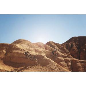 フリー写真, 人物, 乗り物, 自転車, マウンテンバイク, 人と乗り物, 人と風景, 渓谷, 砂漠, 岩山, キルギスの風景