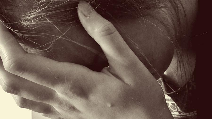 フリー写真 悲しみに暮れる女性