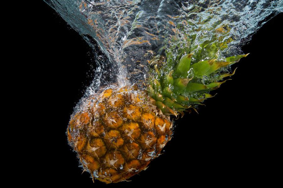 フリー写真 水の中に落とされたパイナップル