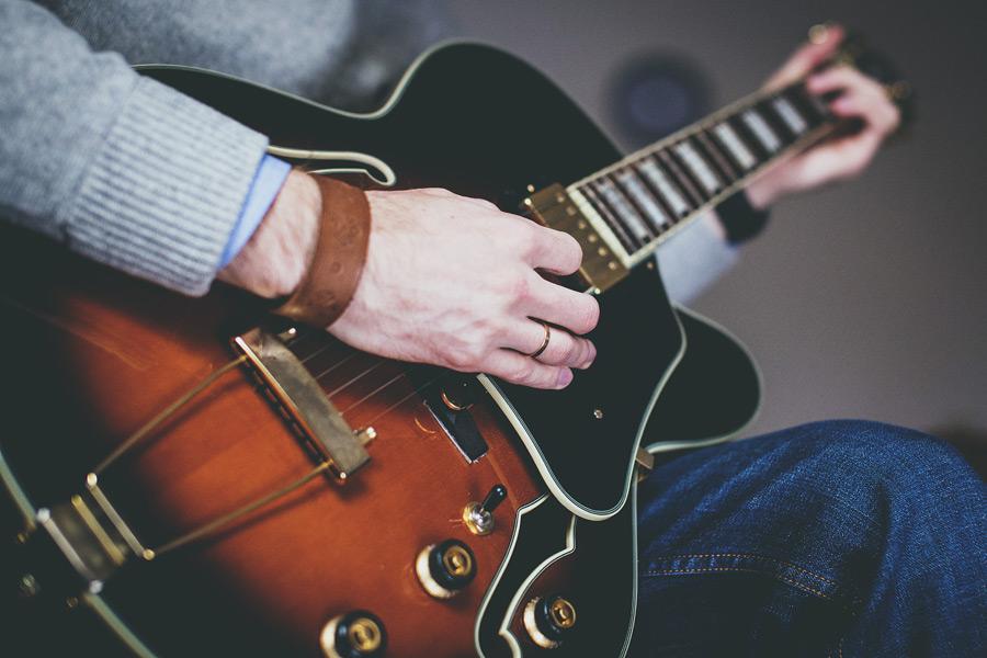 フリー写真 エレキギターを弾く手元