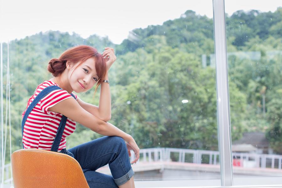 フリー写真 頭に手を当てて座る女性のポートレイト