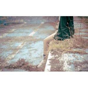 フリー写真, 人物, 女性, 脚, 座る(地面), 廃墟