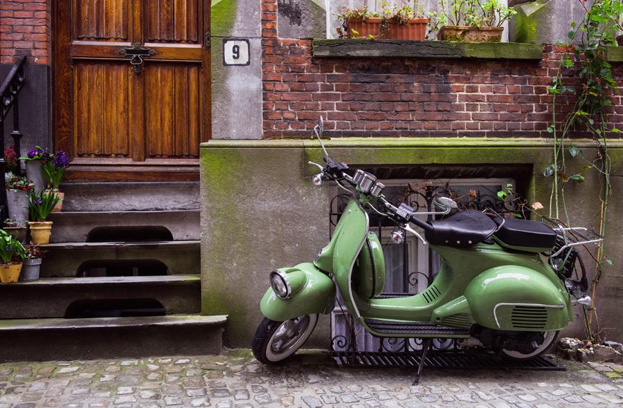フリー写真 家の前に置かれたスクーター