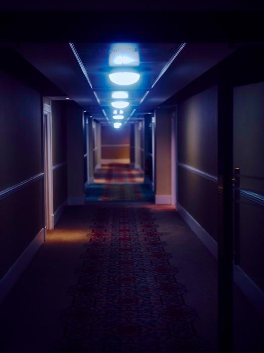 フリー写真 誰もいないホテルの廊下の風景