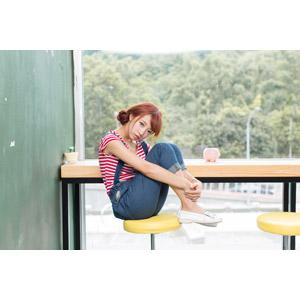 フリー写真, 人物, 女性, アジア人女性, 木子萱(00076), 中国人, 膝を抱える, サロペット, 座る(椅子)