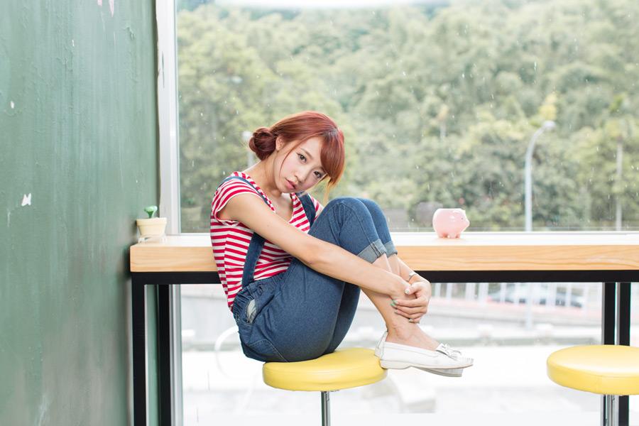 フリー写真 椅子の上で膝を抱えて座る女性のポートレイト