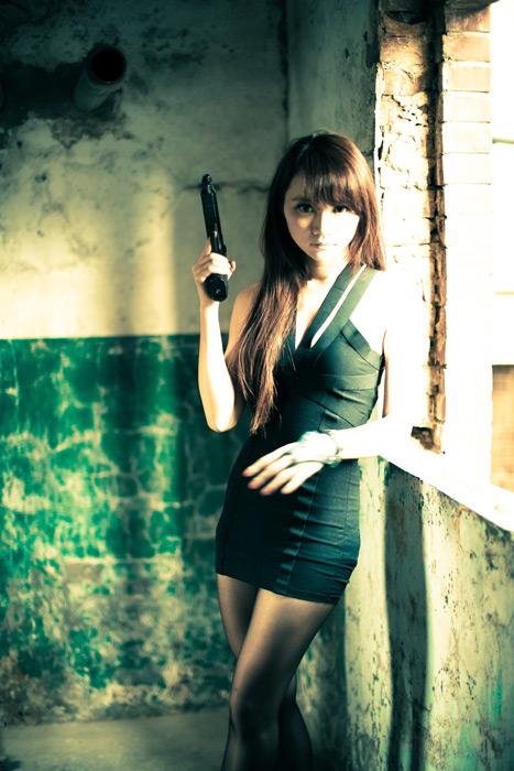 フリー写真 ピストルを持っている女性スパイ