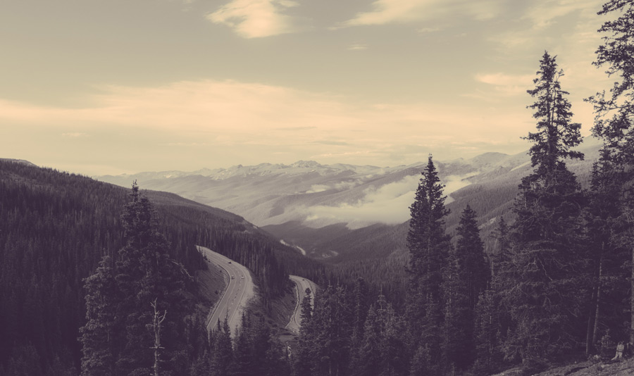 フリー写真 雲のかかる山脈と峠道の風景