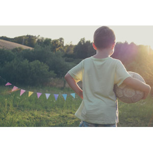 フリー写真, 人物, 子供, 男の子, 外国の男の子, サッカー, サッカーボール, 後ろ姿, 腰に手を当てる, フラッグガーランド, 太陽光(日光)