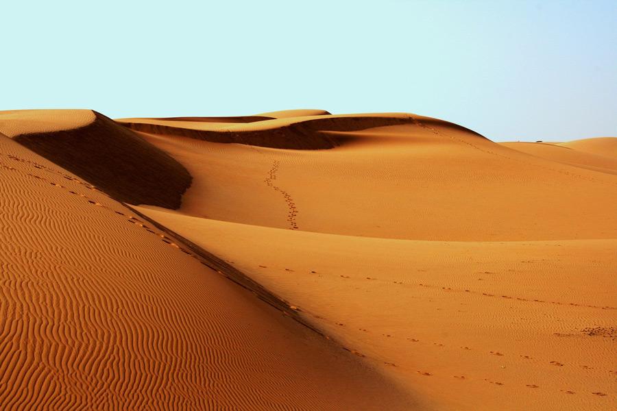 フリー写真 足跡が残る砂漠の風景