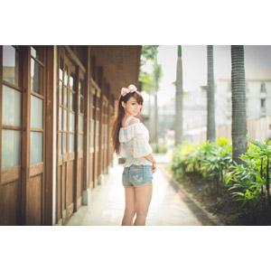 フリー写真, 人物, 女性, アジア人女性, 虹伶(00090), 中国人, ショートパンツ, ヘアリボン, 振り返る