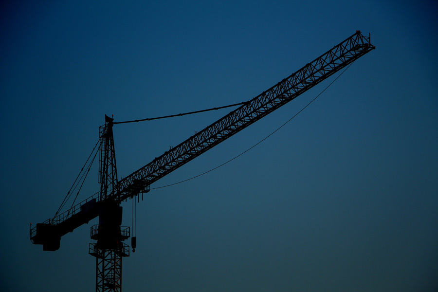 フリー写真 日暮れのタワークレーン