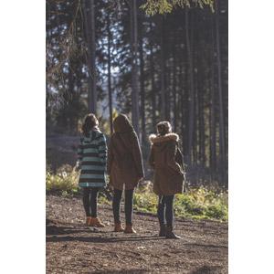 フリー写真, 人物, 女性, 外国人女性, 三人, 友達, 仲間, 後ろ姿, 見上げる(上を向く), コート, 人と風景